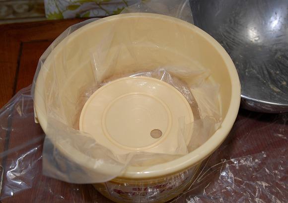 手作りみそセット手順8 表面はラップで覆って付属の中フタを載せる